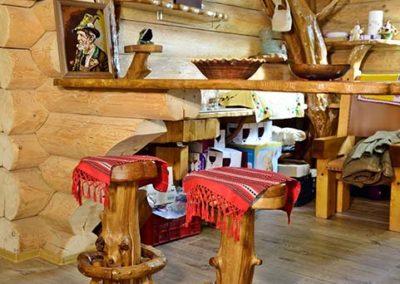 Bar-suspendat-si-tabureti-din-lemn-amenajare-cabana