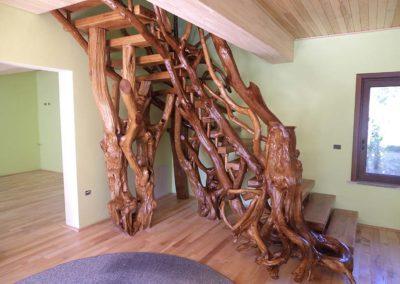 Scara-interioara-din-lemn-rotund-si-trunchi-de-copac