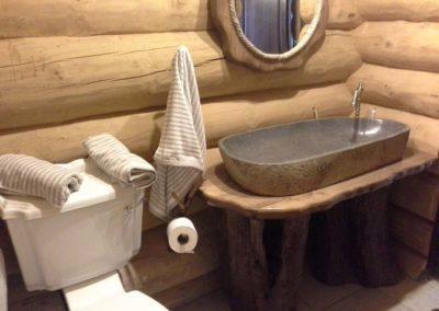 amenajare-baie-lemn-si-piatra-stil-rustic