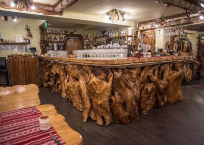 amenajare-bar-lemn-masiv-in-interiorul-cramei-restaurant