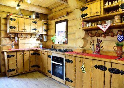 amenajare-bucatarie-cabana-din-lemn-masiv-cu-decoratiuni-din-fier-forjat-si-funie