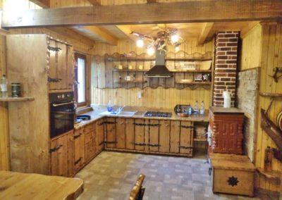 amenajare-bucatarie-cabana-din-lemn-masiv-rustic