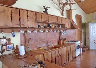 amenajare-bucatarie-casa-cu-mobilier-de-bucatarie-din-lemn-masiv