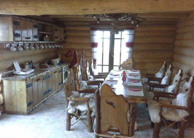 amenajare-cabana-cu-mobilier-din-lemn-masiv