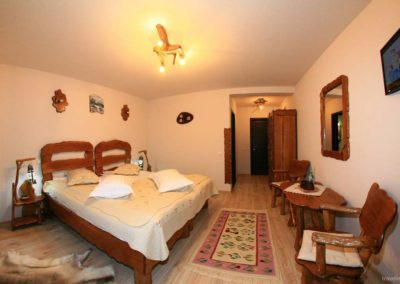 amenajare-camera-de-hotel-in-stil-rustic