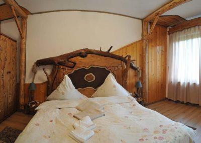 amenajare-camera-hotel-cu-obiecte-din-lemn-masiv-rustic