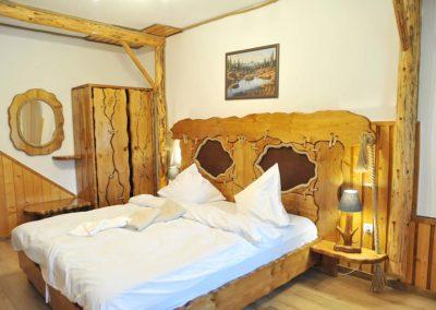 amenajare-dormitor-lemn-si-funie-dulap-rustic