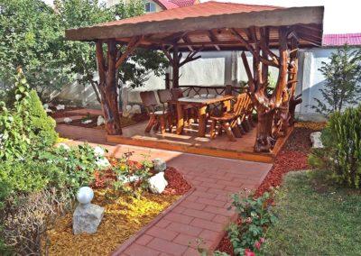 amenajare-gradina-terasa-cu-lemn-rustic