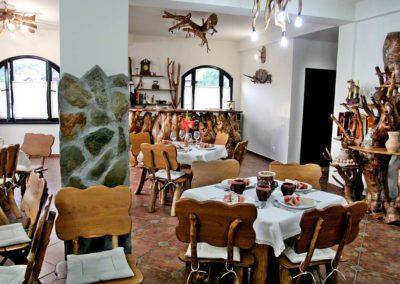 amenajare-pensiune-candelabre-mese-scaune-si-bar-receptie-din-lemn-rustic