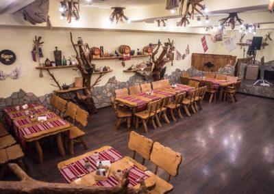 amenajare-pivnita-restaurant-cu-mobilier-rustic-din-lemn-masiv