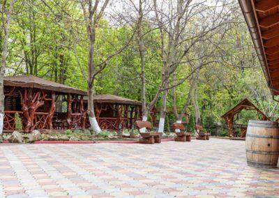 amenajare-poiana-nucului-mobilare-terasa-cu-foisoare-si-pavilioane-din-lemn-rotund-si-trunchi-de-copaci
