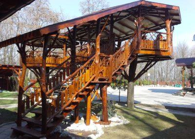 amenajare-rustica-din-lemn-masiv-terasa-restaurant-suspendata