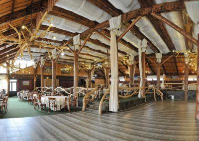amenajare-sala-de-evenimente-cu-mobilier-rustic-din-lemn