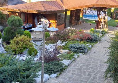 amenajari-exterioare-cu-plante-pietre-si-terasa-din-lemn