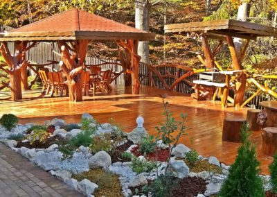 amenajari-exterioare-terasa-pergola-mese-si-scaune-lemn-natur