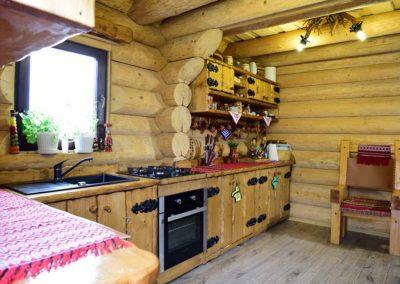 bucatarie-cabana-mobilata-cu-lemn