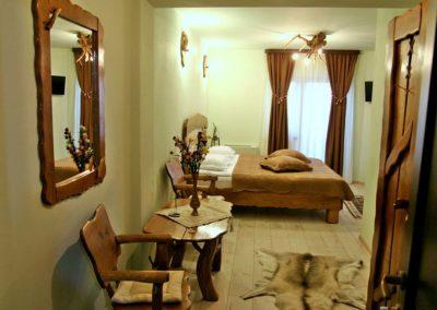 camera-decorata-cu-obiecte-rustice-din-lemn
