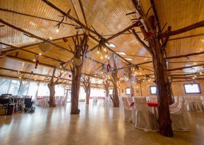 constructie-sala-de-evenimente-si-nunti-cu-stalpi-ornamentali-din-trunchi-de-copac