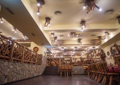 design-interior-crama-rina-sinaia-candelabre-lemn-rustic