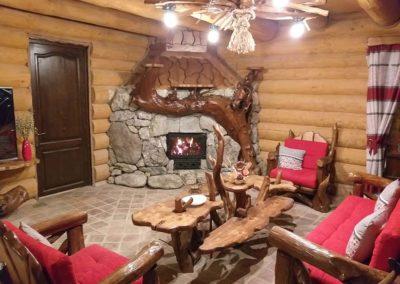 design-interior-living-cabana-cu-set-masa-si-fotolii-lemn-rustic-candelabru-si-semineu