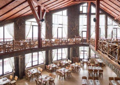 design-interior-si-mobilare-sala-de-evenimente-cu-lemn-masiv-in-stil-rustic