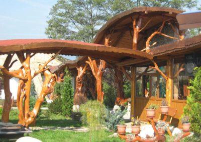intrare-restaurant-acoperita-cu-pergola-din-lemn