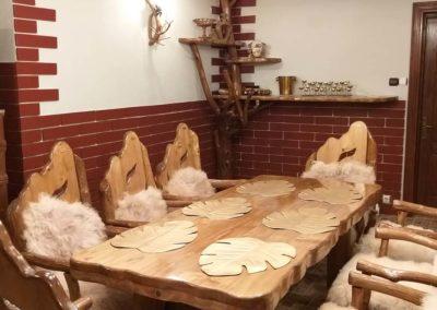 masa-si-scaune-lemn-masiv-in-forma-naturala