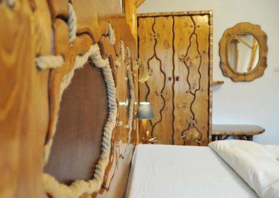 materiale-rustice-folosite-pentru-design-mobilier-dulap-si-pat