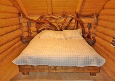 pat-cu-noptiera-suspendata-si-capatai-din-lemn-amenajare-dormitor-cabana