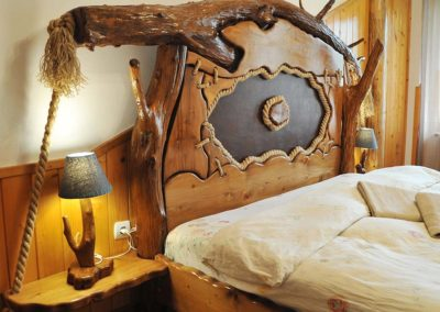 Pat din lemn rustic cu decoratiuni inspirate din natura