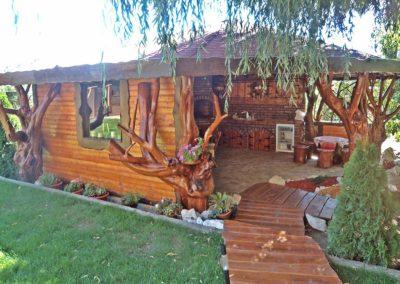pavilion-inchis-pe-trei-laturi-si-alee-din-lemn