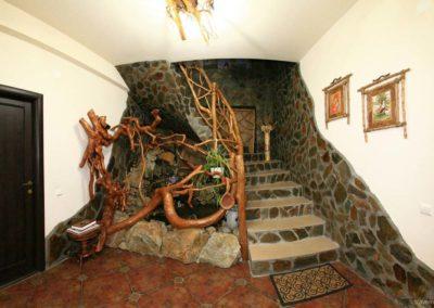 scara-interioara-din-lemn-masiv-si-crengi-amenajare-pensiune