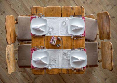 set-masa-si-patru-scaune-din-lemn-masiv