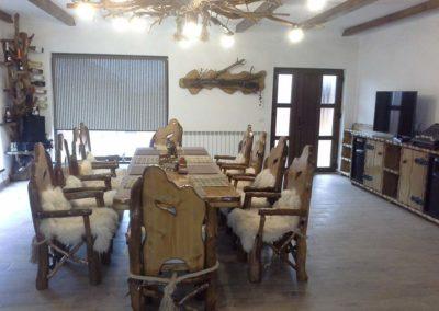 set-masa-si-scaune-rustic-cu-blana-alba-si-candelabru-din-lemn-cu-crengi