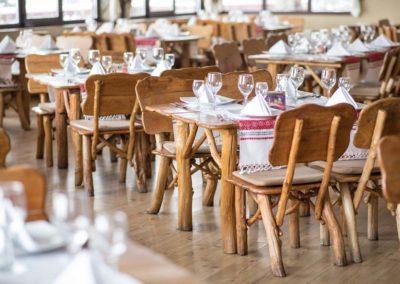 seturi-de-mese-si-scaune-pentru-restaurant-sala-de-nunti
