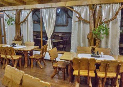stalpi-din-trunchi-de-copac-decoratiuni-rustice