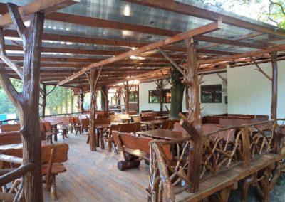 terasa-amenajata-in-stil-rustic-cu-mobilier-din-lemn-si-seturi-de-mese-si-scaune