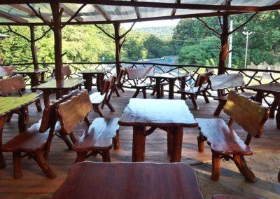 terasa-cu-mobilier-din-lemn-rustic