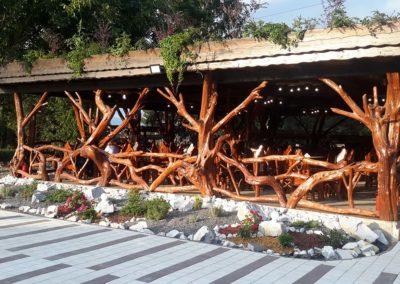 terasa-cu-pergola-din-lemn-rustic-si-seturi-de-mese-si-scaune-rustice-din-lemn-de-carpen