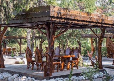 terasa-restaurant-cu-pergole-acoperite-si-mobilier-din-lemn-masiv