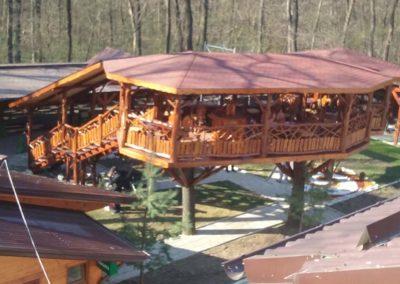 terasa-restaurant-suspendata-pe-copac