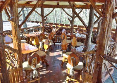 terasa-suspendata-cu-mobilier-din-lemn-rustic