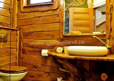 toaleta-cabana-lambriata-si-mobilata-cu-lemn
